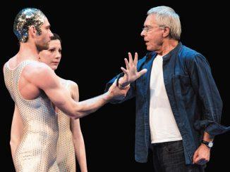 Джон Ноймайер на репетиции с солистами Гамбургского балета. Фото – Киран Вест