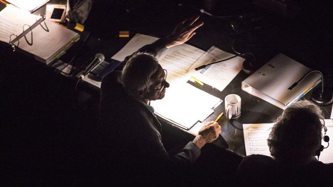 Джон Ноймайер проверяет звук и свет. Фото – Тодд Розенберг