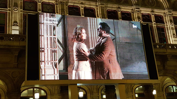Нетребко и Эйвазов на большом экране. Трансляция из зала Венской оперы. Фото автора