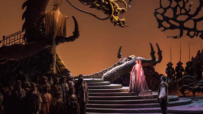 """Сцена из оперы """"Турандот"""". Фото – Тодд Розенберг"""