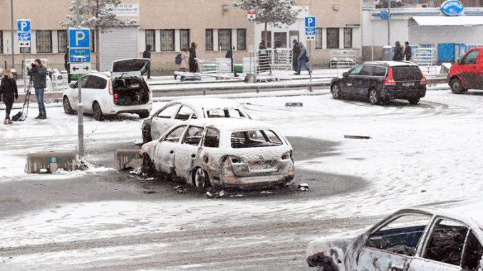 Несколько автомобилей были сожжены во время беспорядков в Ринкебю. Фото: Фредрик Сандберг, TT