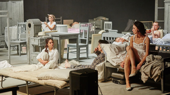"""Сцена из спектакля """"Три сестры"""". Фото - Виктор Дмитриев"""