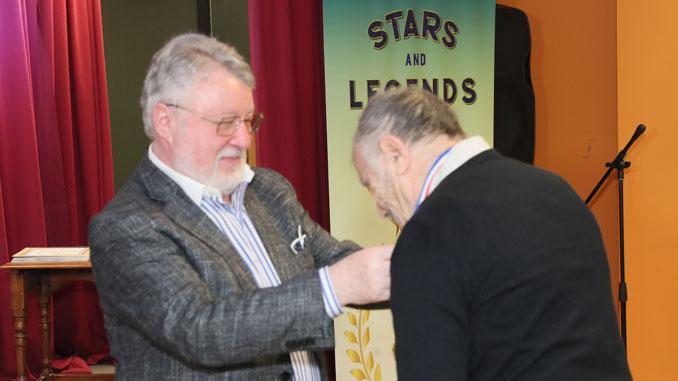 Леонид Бард вручает памятную медаль Рудольфу Котликову