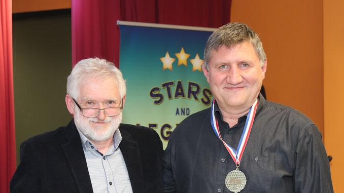 Яков Стрельчин вруцает памятную медаль Ростиславу Зауличному