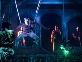 """Сцена из спектакля """"Двадцать тысяч лье под водой"""". Фото - Лиз Лоурен)"""