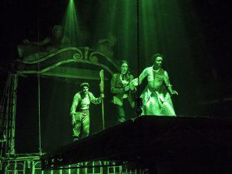 """Сцена из спектакля """"Двадцать тысяч лье под водой"""". Фото – Лиз Лоурен"""