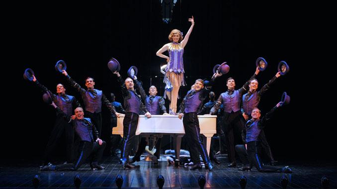 """Сцена из мюзикла """"Сорок вторая улица"""" (Театр Шатле). Фото - Мари-Ноэль Робер"""