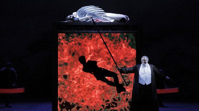 """Сцена из оперы """"Валькирия"""" (Лирик-опера Чикаго). Фото - Кори Вевер"""