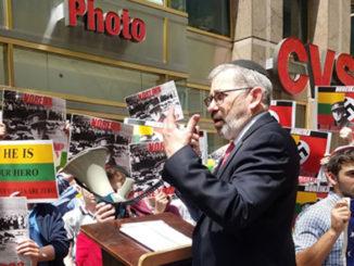 Рабби Зев Меир Фридман выражает свой протест у Консульства Литвы
