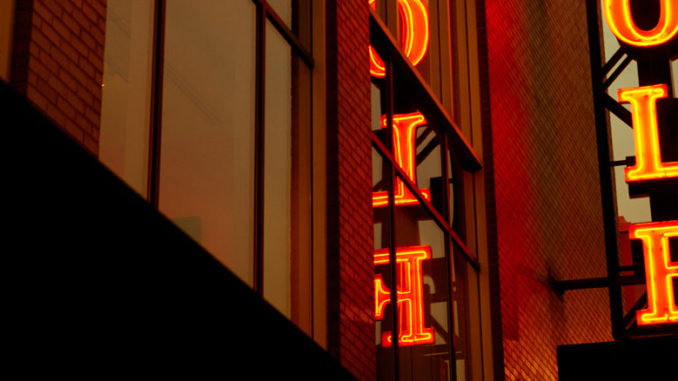 Фасад Steppenwolf Theatre. Фото - Кайл Флубакер
