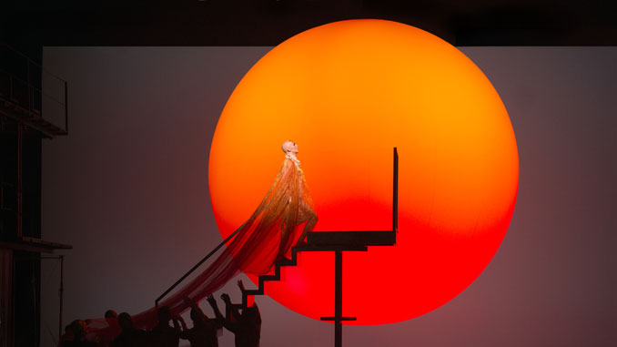 """Сцена из спектакля """"Эхнатон"""". Фото - Ричард Хаберт Смит/Английская Национальная опера"""