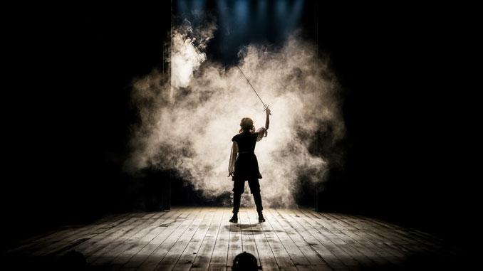 """Сцена из спектакля """"Бернар/Гамлет"""". Фото - Лиз Лоурен"""