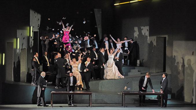 "Сцена из спектакля ""Манон"". Фото - Карен Олмонд/Metropolitan Opera"
