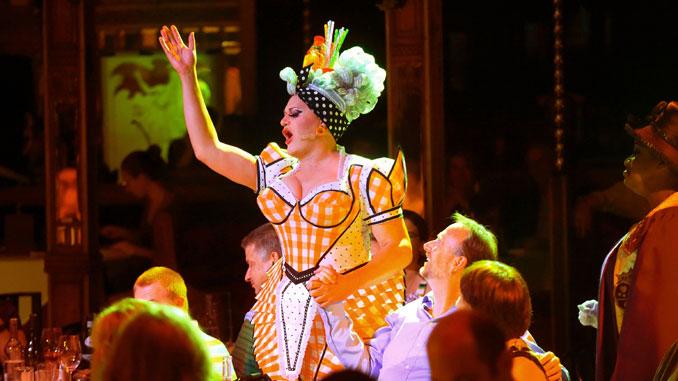 """Сцена из шоу """"Любовь, хаос и ужин"""". Фото - Broadway In Chicago"""