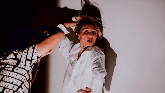 """Дарья Емельянова в спектакле """"Дети солнца"""". Фото - Stage Russia"""