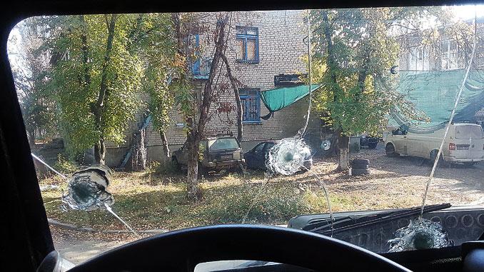 Лобовое стекло военного авто, изрешеченное пулями