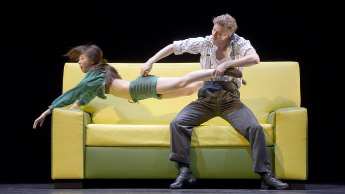 """Сцена из балета """"The Sofa"""" (Балет Дортмунда). Фото - Stage pictures"""