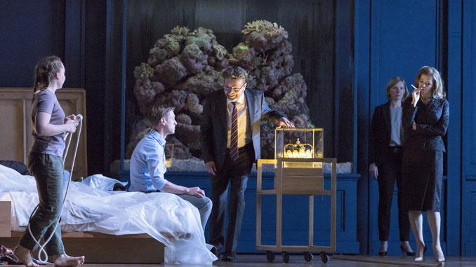 """Сцена из спектакля """"Уроки любви и жестокости"""" (Ковент-Гарден). Фото - Стивен Каммиски"""