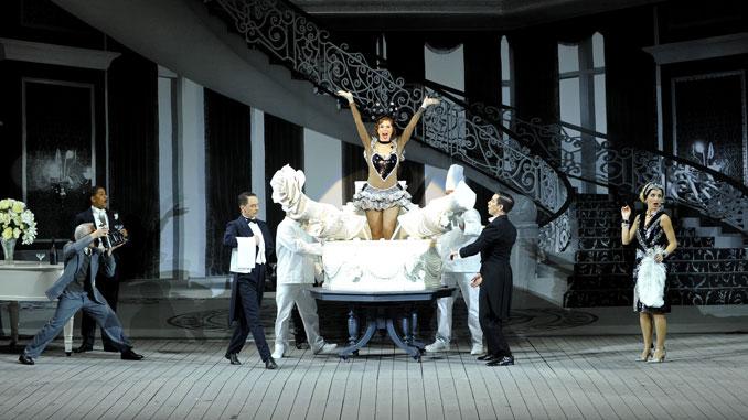 """Сцена из мюзикла """"Поющие под дождем"""" (Театр Шатле). Фото - Мари-Ноэль Робер"""