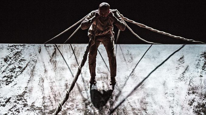 "Сцена из спектакля ""XENOS"". Фото - Жан-Луис Фернандес"