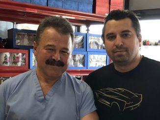 Доктор Леонид Блюмин с сыном Митчем – одни из многочисленных волонтеров, развозящих наборы пожилым людям