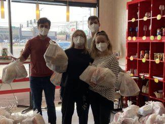 На фото Хозяйка Аллегро Дели Людмила Вайсман и волонтеры