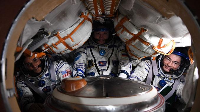 Александр Мисуркин (в центре), Джо Акаба (слева) и Марк Ван де Хей (справа) в спускаемом аппарате корабля СОЮЗ МС-04
