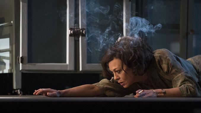 """Хелен Маккрори в спектакле """"Глубокое синее море"""". Фото - Ричард Хуберт Смит"""
