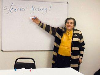 Мария Егуповая учит посетителей центра Forever Young английскому языку. Фото: Forever Young