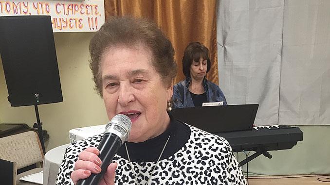 Мира Иоффе поет в концерте а музыкальный директор, Дина Кофман, aккомпанирует. Фото: Forever Young