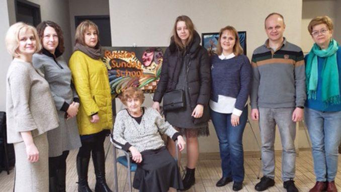 """Клара Левина (в центре) с участниками программы """"Открытый мир"""""""