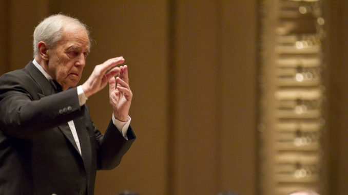 Пьер Булез дирижирует Чикагским симфоническим оркестром. Октябрь 2010 года. Фото - Тодд Розенберг
