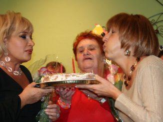 Сарра Покатило (посредине) держит торт со свечами, которые задувают Марта Литас (слева) и Ольга Пильникова, основатели Центра Forever Young. Фото: Марк Островский