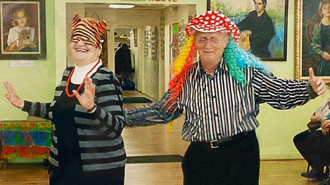 Мира Зеленьченок и Семен Штейнберг балуются в Центре на Халлоуин. Фото: Forever Young
