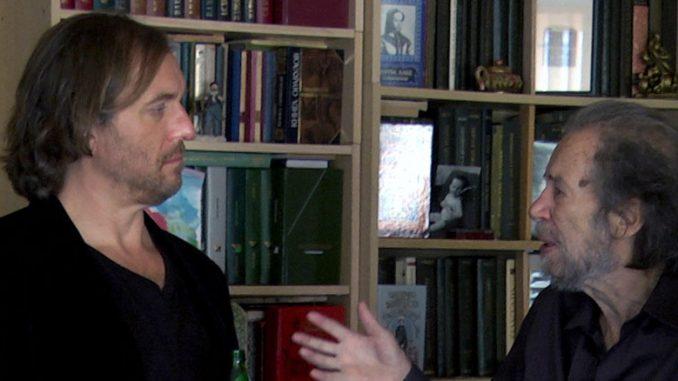 """Роберт Берд (слева) беседует с Григорием Верховским во время съемок документального фильма канадских кинематографистов о """"Сталкере"""" Тарковского."""