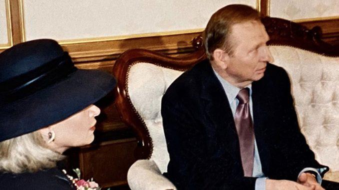 Марта Литас, основатель центра Forever Young, на совещании сбывшимпрезидентом Украины Леонидом Кучма. Фото: Л. Литас