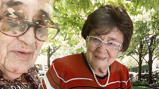Aнна Рапопорт (справа) всегда интересуются новыми рассказами подруги Берты Гуревич. Фото: Forever Young