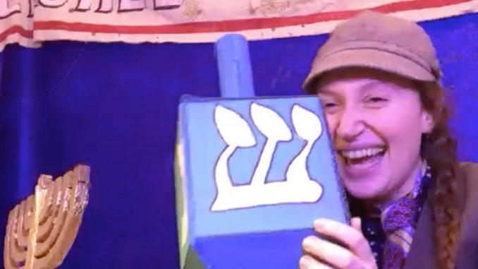 """Сцена из спектакля """"Гершель и ханукальные гоблины"""". Фото - Strawdog Theatre Company"""