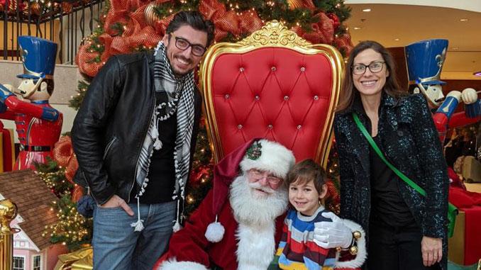 Эрнст Берлин (слева), президент Центра, его жена Агнешка Займон, Директор польских программ и сын Джейкоб который рассказывает деду морозу, что он хочет на Рождество. Фото: А. Займон