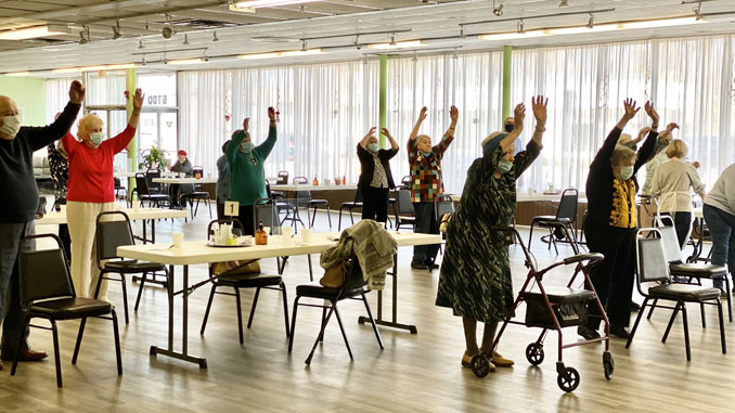 Посетители Центра делаю зарядку каждый день чтобы оставаться активными, подвижными и позитивными. Фото: Forever Young