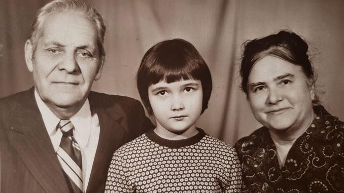 Ирина с дедушкой и бабушкой. Фото из архива И.Феоктистовой