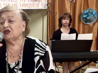 Броня Коган поет в Центре под аккомпанемент музыкального директора Дианы Кофман. Фото:Forever Young