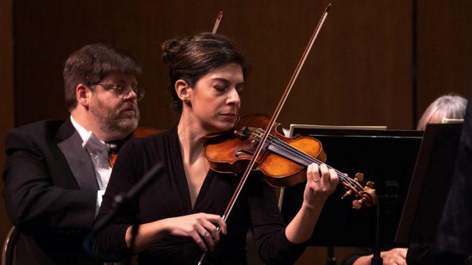 "Концертмейстер оркестра ""Music of the Baroque"" Джина Дибелло. Фото - Эллиот Мандел"