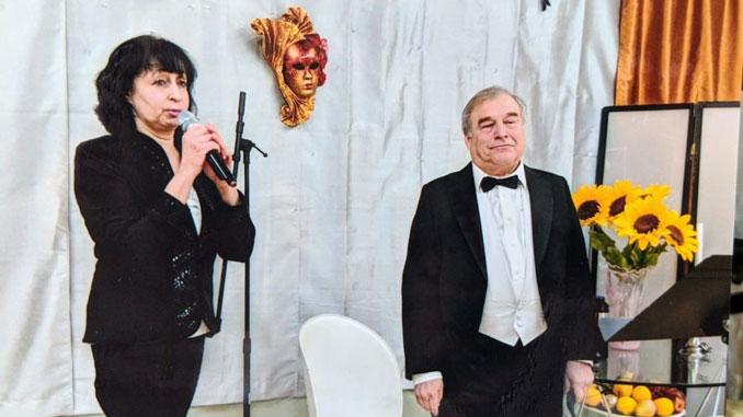Диана Коффман, справа, музыкальный директор Центра Forever Young в Вилинге, реализовала свои профессиональные мечты в Америке. Здесь проводит концерт вместе с Аркадием Грэйз.