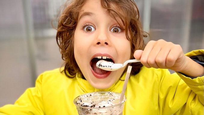 Якоб Берлин, сын президента Центра Эрнста Берлина, рад шоколадному мороженому. Фото: Э. Берлин