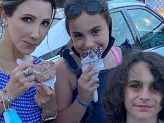Лена Литас, Генеральный директор Центра с племянниками Анжелиной и Майклпм наслаждаются органическим шоколадным мороженым в Чикаго. Фото: Т. Тсикис