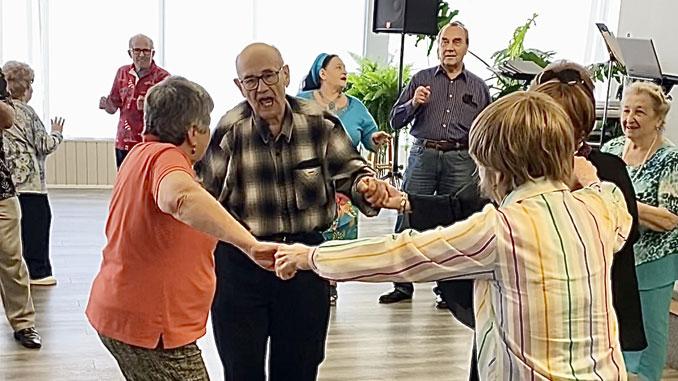 Пение в месте и танцы наполняют нашу жизнь радостью в любом возрасте. Фото: Л. Литас