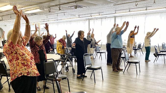Клиенты Центра ежедневно занимаются зарядкой чтобы чувствовать себя сильнее и здоровее и поднять самим себе настроение. Фото: Л. Литас