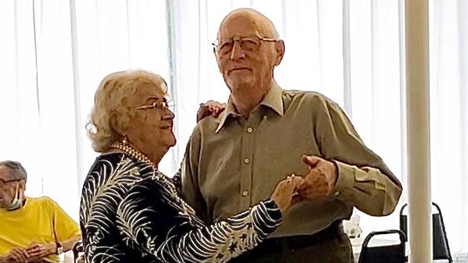 Давно женатые Сэм и Клара Штейнберг наслаждаются возможностью танцевать вместе ежедневно в Центре Forever Young. Фото: Л. Литас