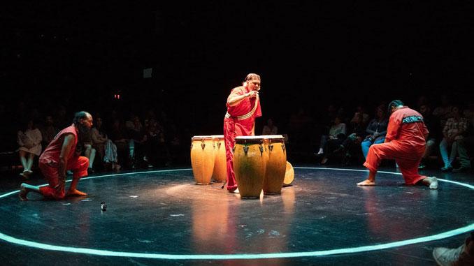 """Сцена из спектакля """"AMAL"""" (Театр Combat Hippies). Фото - Ромейн Морис"""